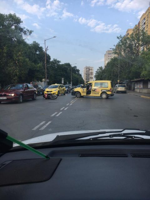 Обратен завой на таксиметров шофьор доведе до катастрофа с моторист