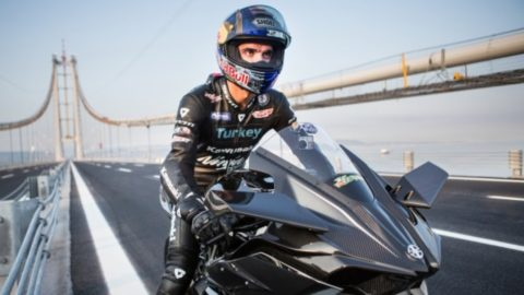 Турски пилот вдигна рекордните 400 км/ч с мотоциклет