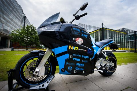 Холандски студенти потеглят на околосветска обиколка с елекрически мотоциклет