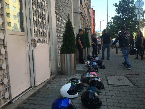 Стотици мотористи пред посолството на Турция