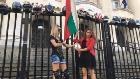 Протестът на мотористите се премести пред Съдебната палата