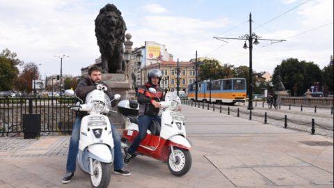 Двама ентусиасти със скутери минаха през София на път за Виетнам