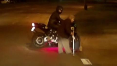 Моторист блокира движението, за да помогне на възрастна жена да пресече