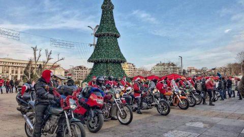 Мотористи в костюми на Дядо Коледа заредиха с настроение гражданите и зарадваха децата в Бургас