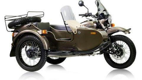 Ural пуска мотоциклет в комплект с бутилка водка