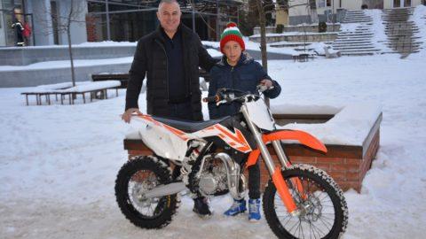 Кметът на Симитли подари нов мотор на мотокрос шампиона Димитър Грозданов