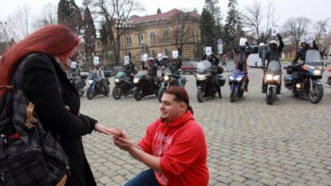 С рев на мотори студент предложи брак на приятелката си в София