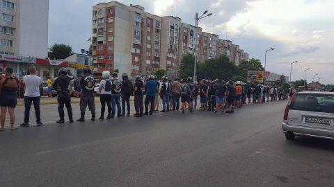Мотористи излизат пред Съдебната палата в подкрепа на загинал при ПТП колега
