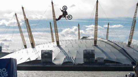 ВИДЕО: Травис Пастрана прави невероятно задно салто с мотор над Темза