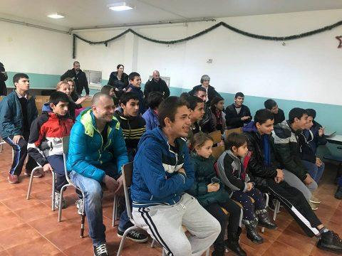 """С куклен театър, фокуси и шоу започна коледната програма на кампанията """"Да дарим усмивка"""" в Роман"""
