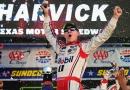 Кевин Харвик триумфира в първото състезание от историческия двоен уикенд на НАСКАР