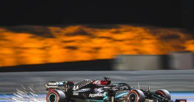 Люис Хамълтън спечели и втората тренировка в Бахрейн, куче излезе на пистата